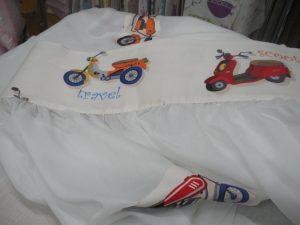 Λευκή γάζα διακοσμημένη με μηχανές!