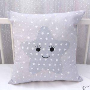 Βρεφικό διακοσμητικό γκρι μαξιλαράκι Smiley Star με λευκα αστεράκια και φατσουλα
