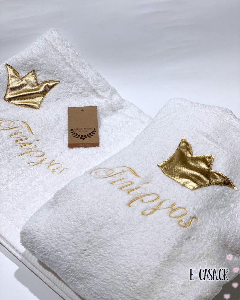 Μπουρνούζι και πετσέτα με χρυσή κορώνα και κεντημένο όνομα