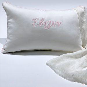 Δώρο βάπτισης διακοσμητικό μαξιλαράκι λευκό βελούδο με κεντημένο όνομα