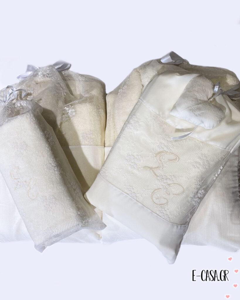 Δώρο γάμου σε εκρού χρώμα με κεντημένα μονογράμματα
